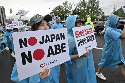 Des manifestants sud-coréens défilent avec des pancartes lors d'un rassemblement anti-japonais le 15 août 2019.