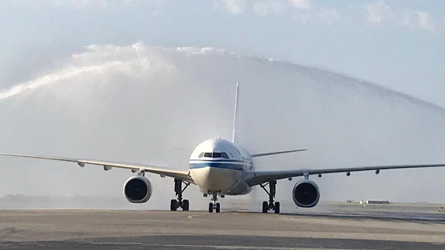 """Le """"Water Salute"""" pour accueillir ce tout premier vol Pékin-Nice."""