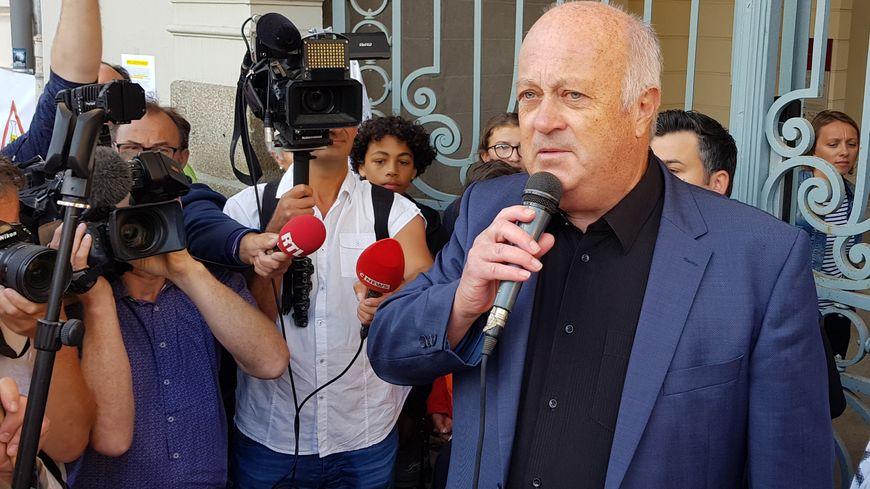 Le maire de Langouët, Daniel Cueff avec ses soutiens à l'issue de l'audience devant le tribunal administratif de Rennes (Ille-et-Vilaine). 22 août 2019.
