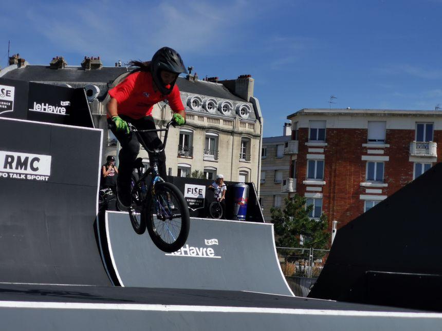 Des membres de l'équipe de France de BMX s'entraînent sur les modules, à côté du skatepark havrais.