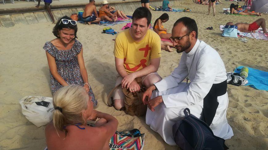 Le Père Vincent et les deux jeunes catholiques qui l'accompagnent rencontrent Toulonnais et vacanciers sur la plage