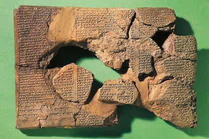 La tablette de Gilgamesh en écriture cunéiforme datant de la civilisation babylonienne