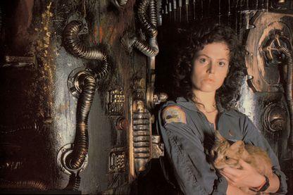 """Sigourney Weaver dans le rôle du lieutenant Ellen L. Ripley sur le tournage de """"Alien, le huitième passager"""", le film de science-fiction et d'horreur de Ridley Scott, sorti en 1979."""