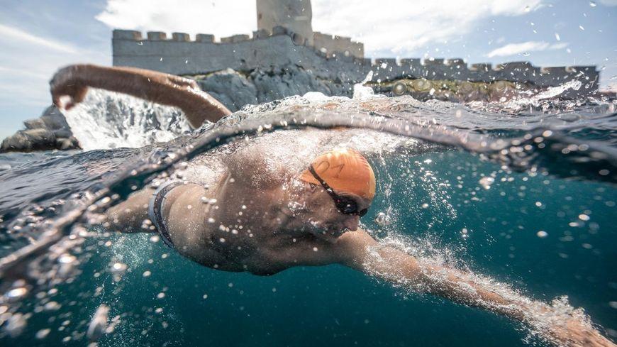 Jaques Tuset a relevé son défi entre Chausey et Granville. (Photo : www.xtremswimmer.com)