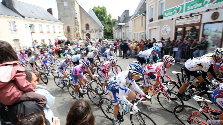 Le tour de passage à Saint-Vincent-du-Lorouër, dans le sud Sarthe, après le départ du Mans en 2011