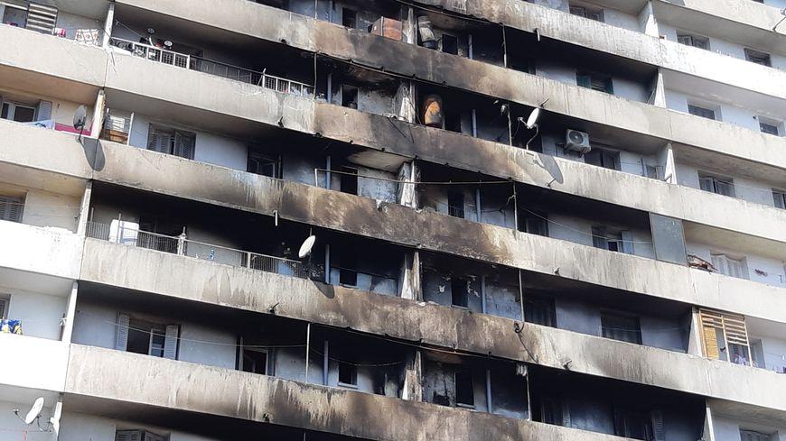 L'immeuble incendié vendredi et des locataires à qui on demande de réintégrer leur logement.