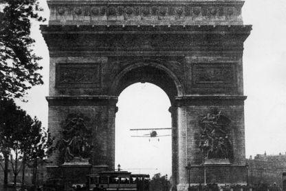 Charles Godefroy, aux commandes d'un Nieuport 27, passe sous l'Arc de Triomphe le 7 août 1919