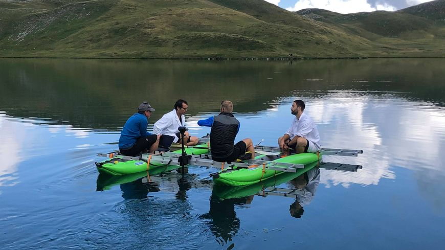 L'équipe du projet Plastilac en plein test sur le lac d'Anterne.