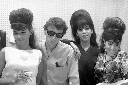 """Phil Spector, sorcier du son et inventeur du """"Wall of sounds"""" en session d'enregistrement avec le groupe The Ronettes en 1963"""