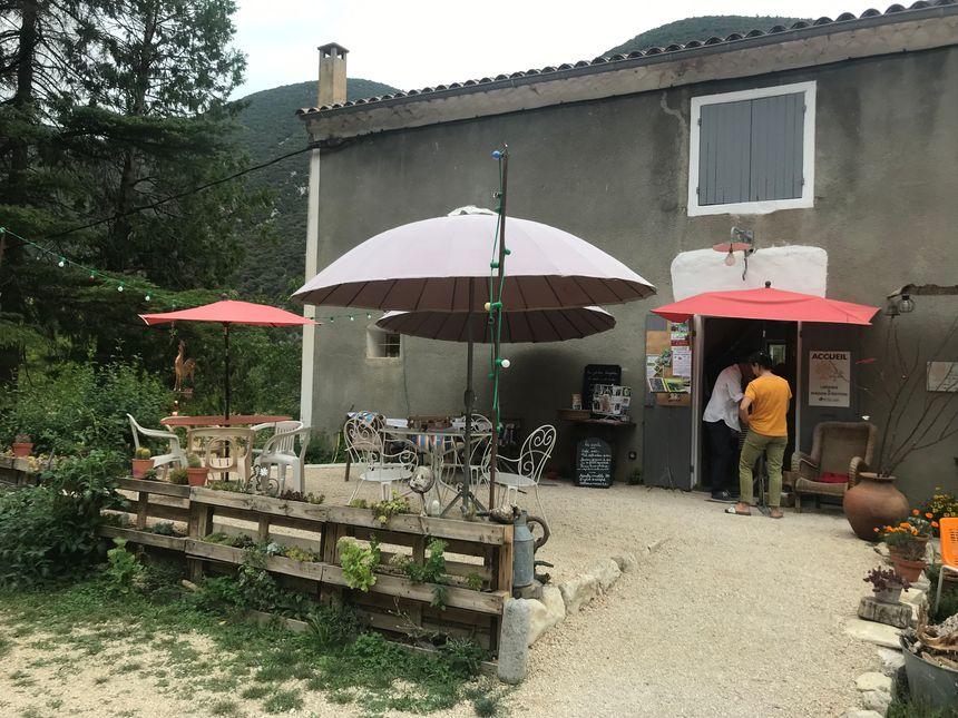 Ce petit restaurant, ancien châlet forestier, accueille la soirée.
