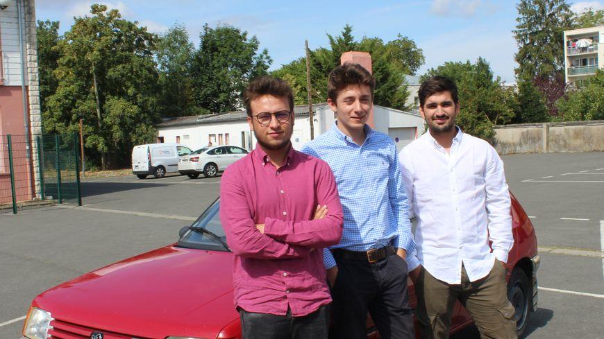 Les trois berruyers viennent d'obtenir les papiers de la Peugeot 205 avec laquelle ils se lancent dans ce défi