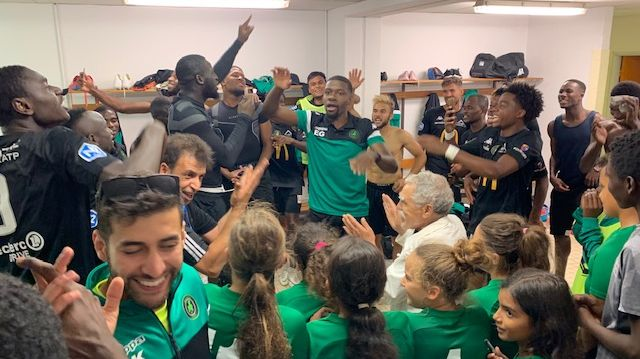La joie des footballeurs du Bourges Foot promus en N2, fêtent dans leur vestiaire le premier succès de la saison et quel succès 4 à 0 face à Sète