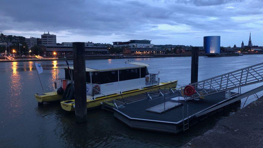 Rive gauche, la montée dans le bateau est complexe en raison de la pente de la passerelle.
