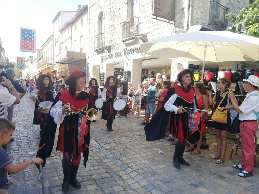 Les musiciens de la fête de la Saint-Louis en costume à Aigues-Mortes