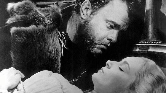 """Orson Welles et Suzanne Cloutier dans """"Otello"""", film d'Orson Welles (1952)"""