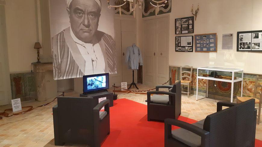 """Une des salles de l'exposition où est projeté le documentaire """"Monsieur Raimu est un génie """" sur la vie de l'acteur. Un titre qui reprend une phrase de Marcel Pagnol à propos de la partie de cartes"""