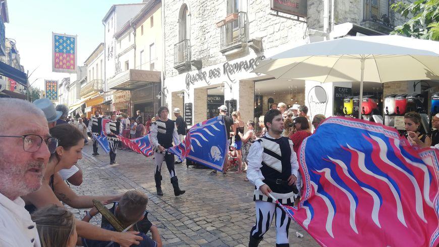 Un défilé historique a lieu chaque matin pendant la fête de la Saint-Louis à Aigues-Mortes