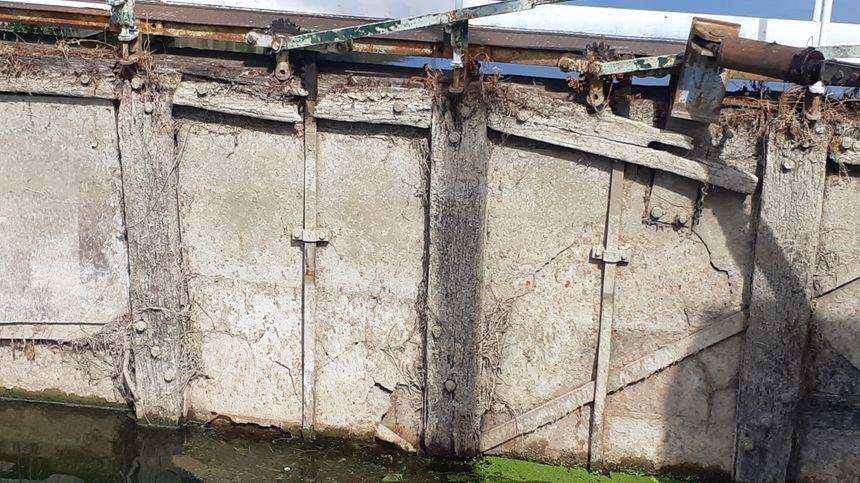 Les vantaux en bois de l'écluse de Villeneuve-sur-Yonne sont manifestement en mauvais état