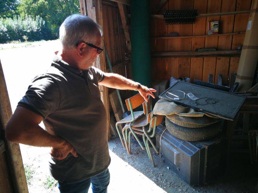 Dans cette petite grange, le maire montre ce que les employés communaux ont entassé comme objets jetés par certains riverains.