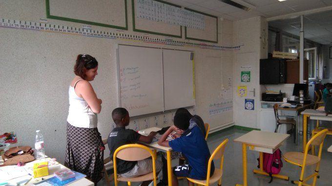 Les enfants apprennent en petits groupes