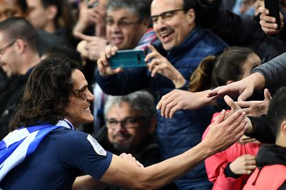 Edinson Cavani célèbrait le titre de champion de France en Ligue 1, le 18 mai 2019, avec les supporters à l'issue du match contre Dijon