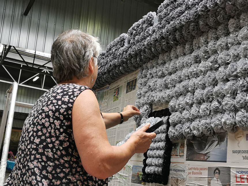 Il en faut, de la patience et de la minutie ! Pour un seul char, plusieurs dizaines de milliers de fleurs en papier sont collées.