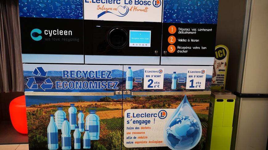 Cet automate récupère les bouteilles en plastique dans les magasins E.Leclerc