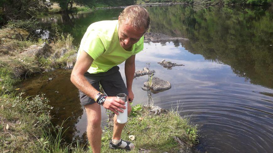 Alexandre Blanc effectue plusieurs mesures dans la rivière Creuse