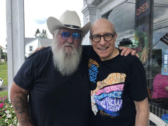 """Francis Dumaurier avec un autre """"vétéran de Woodstock, Duke Devlin"""