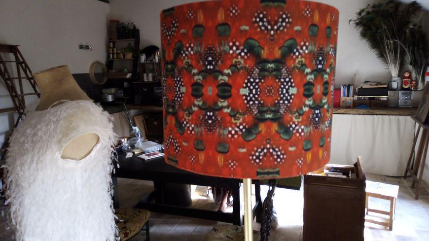 La plumassière Prune Faux décore abats-jour, vêtements, objets avec des plumes sélectionnées