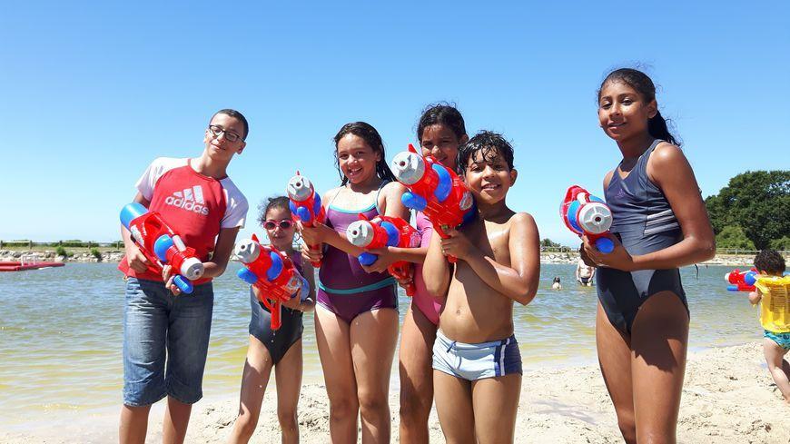 Les enfants du Secours populaire à la plage (illustration)