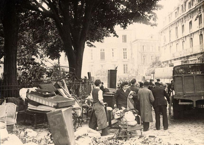 Des orléanais au milieu des décombres place Gambetta en mai 1944 (archives municipales d'Orleans)