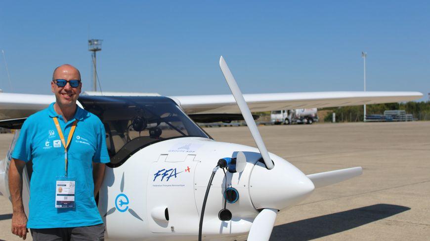 Jérôme Coornaert, le pilote, recharge le petit avion électrique