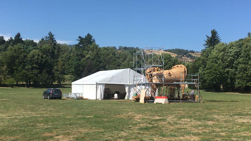 Sur le chantier participatif du parc Allivet, à La Côte-Saint-André, le fameux cheval de Troie, construit en bois du Vercors, se dessine chaque jour un peu plus.