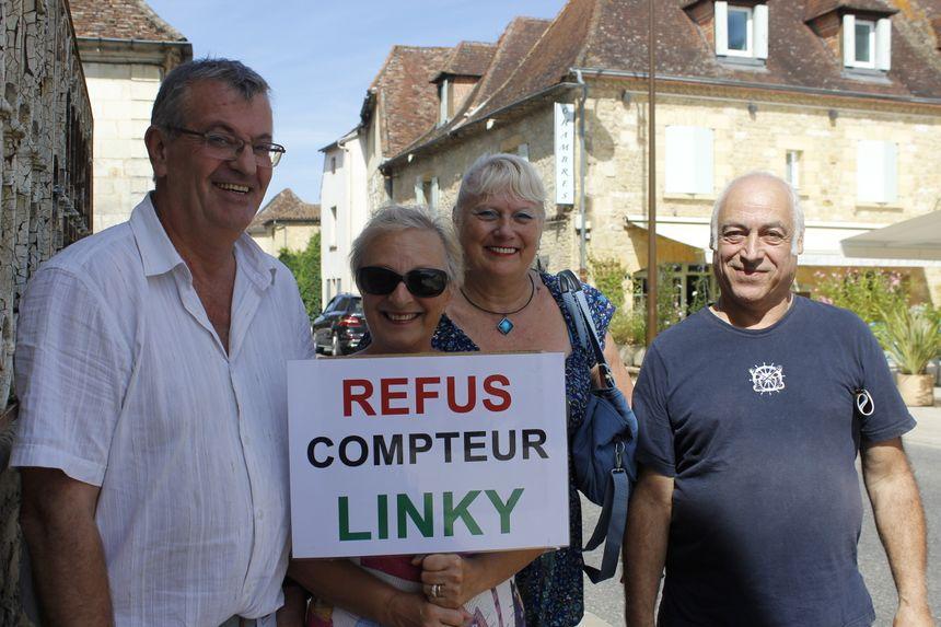 Pour Laurent Péréa (à gauche) et les habitants de Saint Capraise, le compteur Linky, c'est niet