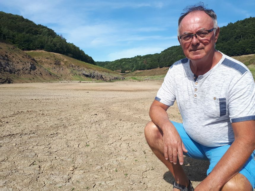Yannick Drevet, président de l'association de pêche de Combronde s'inquiète pour la santé des poissons qui restent dans le peu d'eau du barrage.