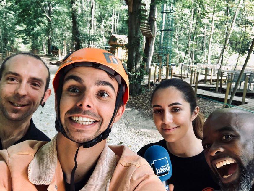 Yann, Tania et Éric encadrent Quentin Lhuissier au parc No Limit aventure du Coudray-Montceaux