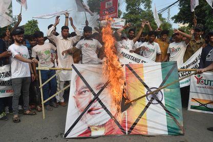 Des activistes pakistanais brûlent un drapeau à l'effigie de Narendra Modi, à Lahore, le 5 août.