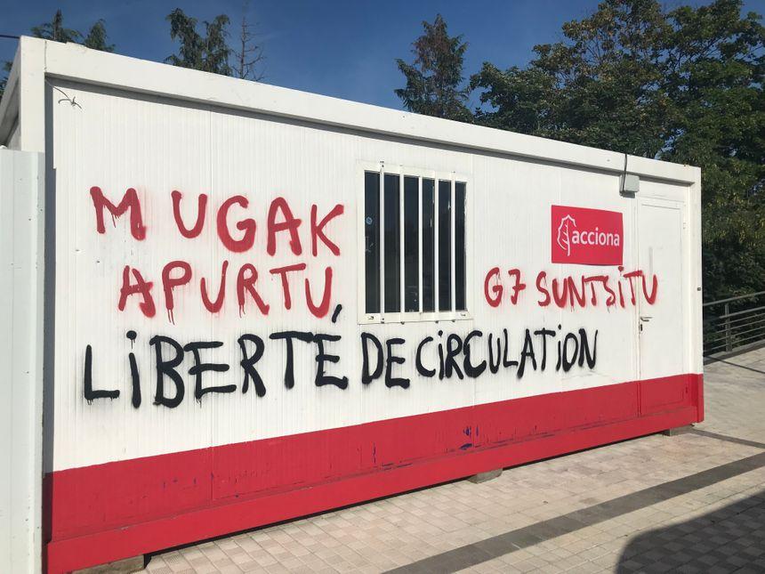 Les messages anti-G7 sur les algecos à quelques mètres du FICOBA prés des ventas à Irun