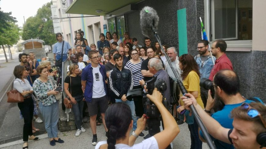 Le collectif pour la libération de Gvantsa devant la presse à la Maison des associations de Dijon lors du point presse  ce mardi