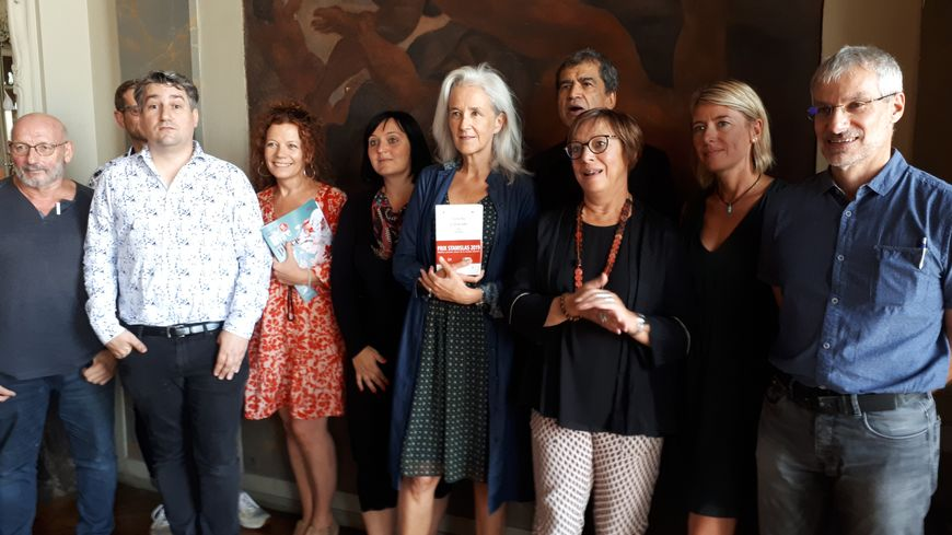 La romancière Tatiana de Rosnay entourée par une partie du jury du prix Stanislas à Nancy