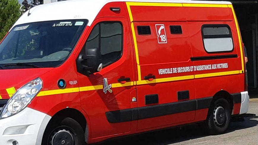 Une ambulance des pompiers de la Drôme, devant les urgences de l'hôpital de Valence.