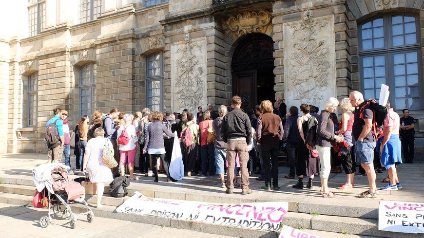 Une cinquantaine de personnes se sont rassemblées devant le Parlement de Bretagne où avait lieu l'audience jeudi matin.