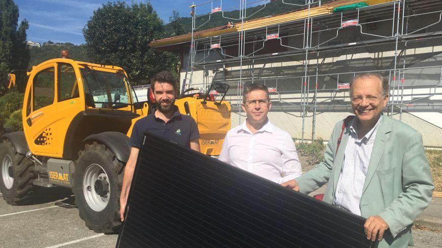De gauche à droite : Frédéric Marilier, bénévole à Energ'Y Citoyennes, Christophe Ferrari, président de Grenoble-Alpes Métropole, et Bertrand Spindler, maire de La Tronche, devant la Maison des sports de La Tronche.
