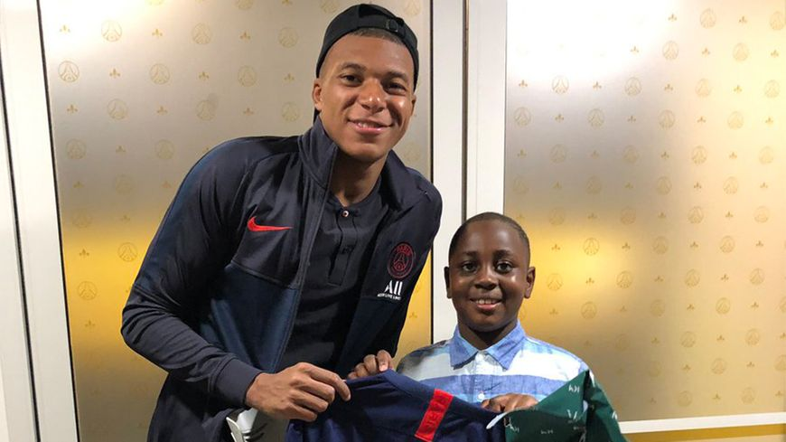 Mbappé réalise le rêve de Baba junior
