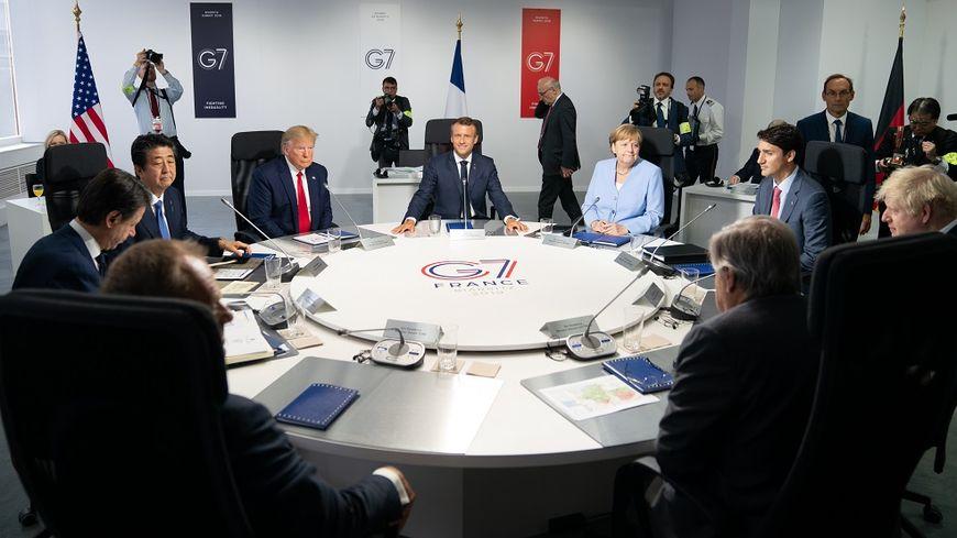Les chefs d'État dans la salle de réunion du sommet, dimanche.