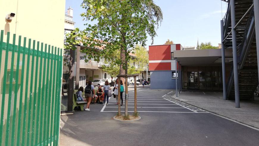 La cour de récréation du collège Paul-Valéry à Valence est occupée par quelques dizaines d'élèves depuis ce mardi