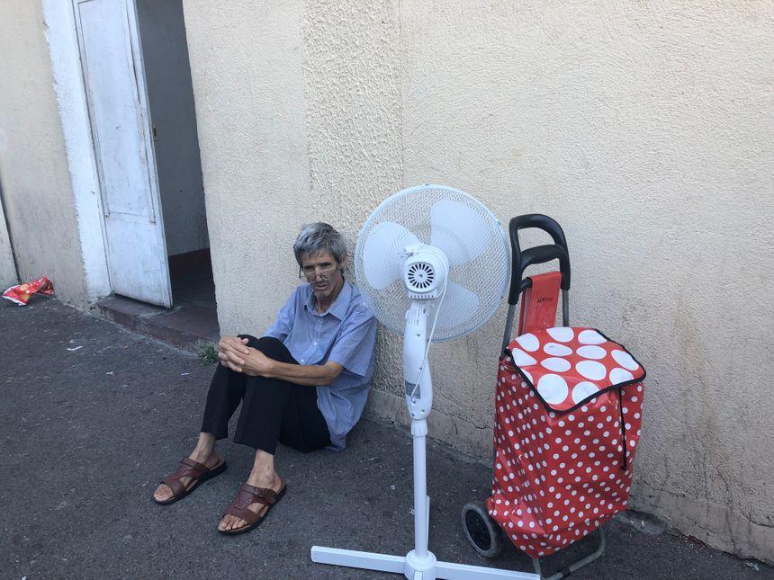 Farid n'a plus de logement. Il a pu récupérer quelques habits et un ventilateur