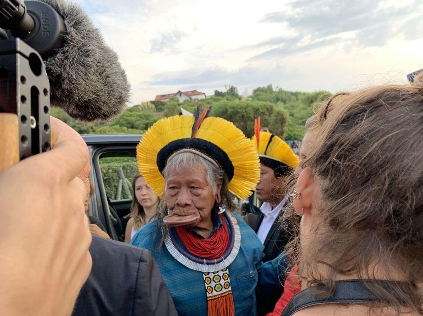 Le chef Raoni arrive sur les lieux de la conférence