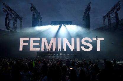 """Sur la tournée """"On the run II"""" de Beyonce et Jay-Z, en 2018, le mot """"féministe"""" est affiché en capitale pendant que le couple se produit sur scène avec les danseurs.  (Glasgow, juin 2018)"""